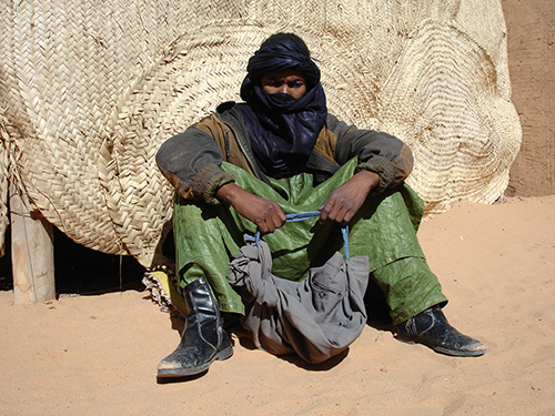 A young ashamur from Niger is waiting for transport to Algeria. His luggage is stuffed in a fold trouser. (Photo: Ines Kohl 2008).