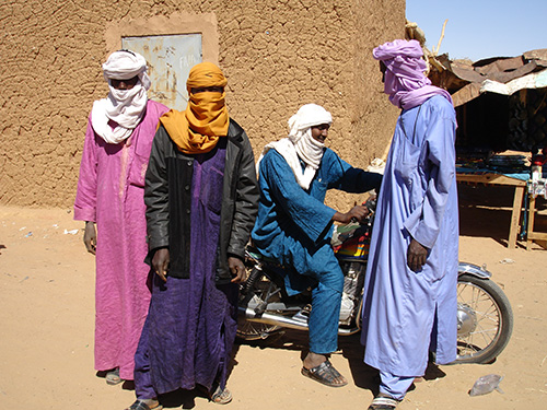In red, yellow, pink, or orange, combined with sunglasses, jeans, and leather jacket, casually worn around the shoulder, or boldly combined with hairstyles, the chech, or tagelmust, the traditional men´s veil, has become a fashion accessory of the new ishumar generation. (Photo: Ines Kohl, page 115)