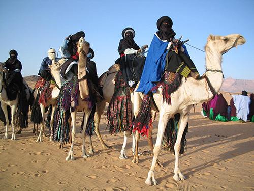 Für Libyens staatlichen Umgang mit Minderheiten lässt sich eine Kombination aus Assimilation mit gleichzeitiger Integration feststellen. Sie wurden politisch und ökonomisch Teil des Staates, während sie gleichzeitig das Recht zugestanden bekamen, gesellschaftlich ihre eigenen Traditionen, Sitten und Riten sowie ihre eigene Sprache zu pflegen (lt. Grünem Buch). Jedoch nicht uneingeschränkt. Denn Tamajeq und Tamazight werden in Libyen als Dialekte und nicht als Sprachen verstanden, ihr Gebrauch hat sich ausschließlich auf den familiären Raum zu beschränken und die Namensgebung muss auf Arabisch erfolgen.(Foto: Ines Kohl, Seite 91)