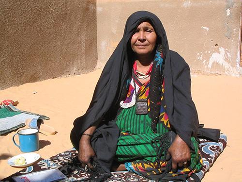 Ghat ist heute die einzige Oase in der Sahara, in der sich Hausa als Umgangssprache erhalten hat und neben Arabisch und Tamajeq kommuniziert wird. Der Bevölkerungszuzug führte nicht nur zu einer sprachlichen, sondern auch zu einer Vermischung von Zugehörigkeiten. In der Gegend um Ghat sind Imajeghen und Araber eng miteinander verbunden, sodass Zugehörigkeit oft nicht über die Abstammung, sondern über gemeinsame Traditionen, Rituale und vor allem über die seit Generationen bestehende geografische Nähe definiert wird. (Foto: Ines Kohl, Seite 57)